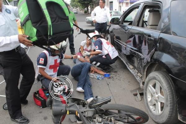 Por no respetar la preferencia vehículo particular y motociclista se estrellan
