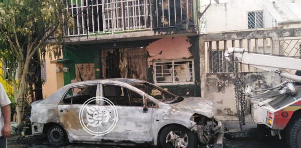 Un vehículo en llamas causó alarma entre los vecinos de la colonia Lomas del Vergel