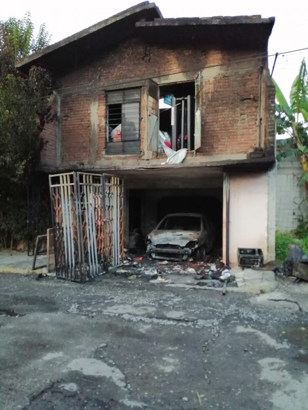 Incendio devora casa y vehículo en Ciudad Mendoza