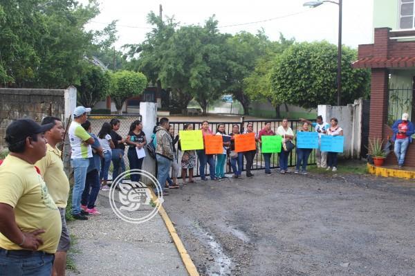 Faltan 8 maestros en secundaria de Agua Dulce; toman plantel