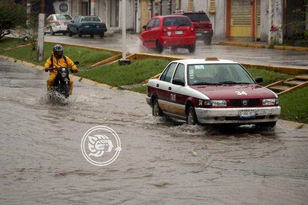 Intensa lluvia vespertina colapsa drenajes de Agua Dulce