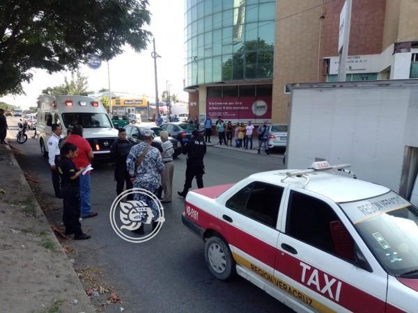 Taxi atropella a mujer en avenida de Veracruz