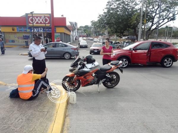 Camioneta particular impacta a motociclista en avenida Díaz Mirón