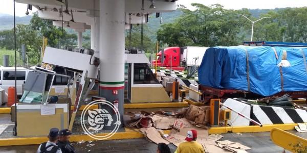 Camión sin frenos choca contra caseta de peaje en Cuitláhuac