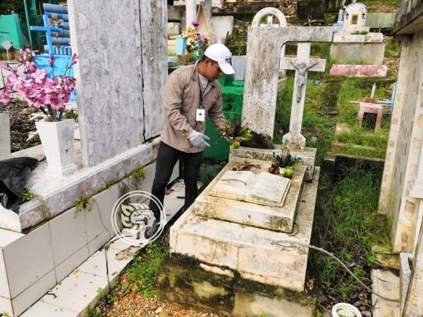En Nanchital, preparan panteones para el día de muertos