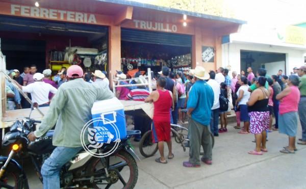Ejidatarios cierran negocios a propietarios de Pajapan