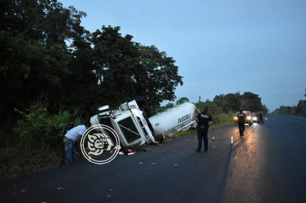 Conductor de tractocamión sufre volcadura en Soconusco