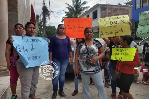 Protestan contra intendente de un kínder en Tihuatlán