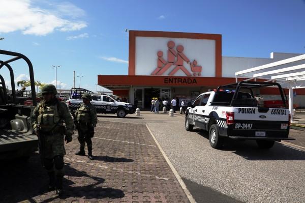 Desalojan en Coatza centro comercial tras amenaza de bomba