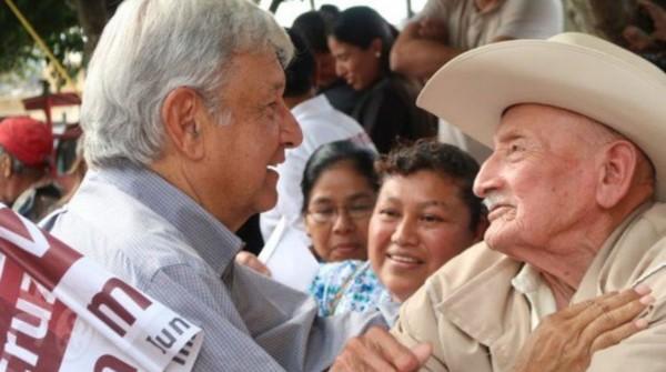 Alista AMLO iniciativa para que pensiones a adultos mayores y becas se integren a la Constitución