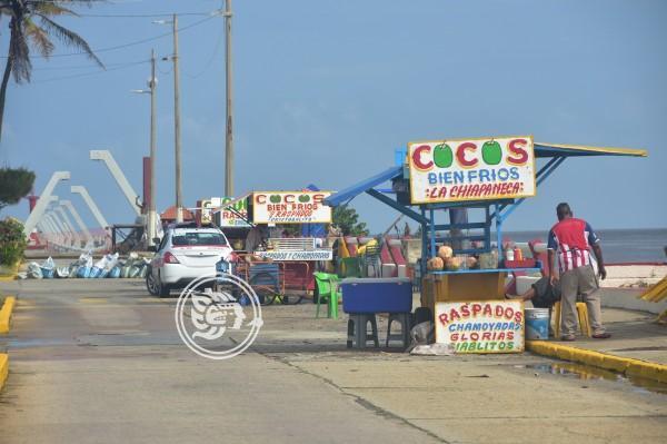 Ofrecen cocos entre aguas negras, aquejan comerciantes