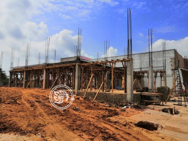 Avanza construcción de oficinas municipales en Agua Dulce
