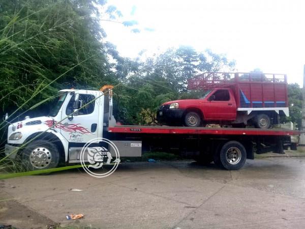 Abandonan camioneta con reporte de robo en Jáltipan