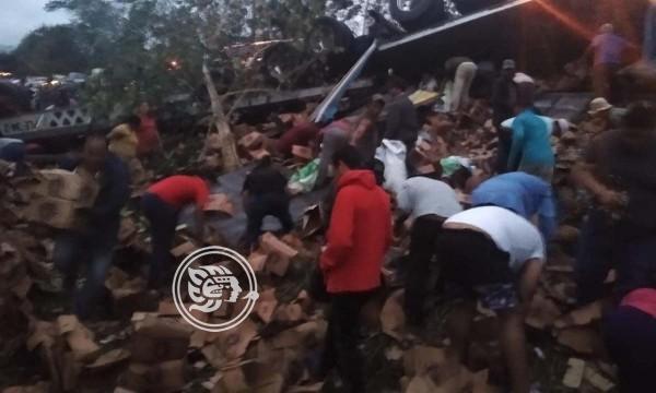 Vuelca camión cargado de cerveza en Cosamaloapan