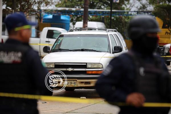 Rafaguean camioneta frente al salón Suterm en Coatzacoalcos