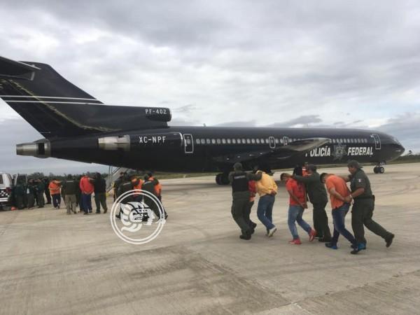 Desde Veracruz, trasladan a 171 reos a penales federales